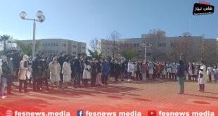 احتجاج موظفين ومستخدمين بالمركز الإستشفائي الجامعي على باب المديرية بفاس